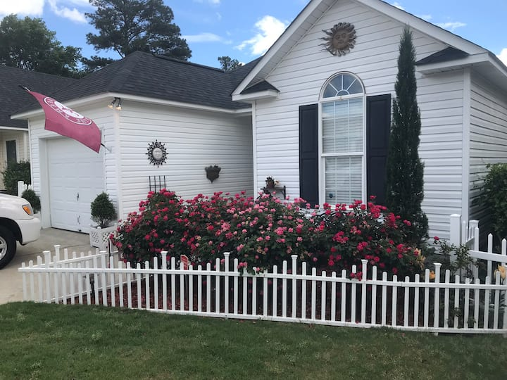 Clean Cozy Cottage Ideally Located