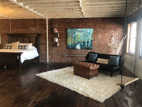 The Travelers Suite at The Feathered Nest Downtown