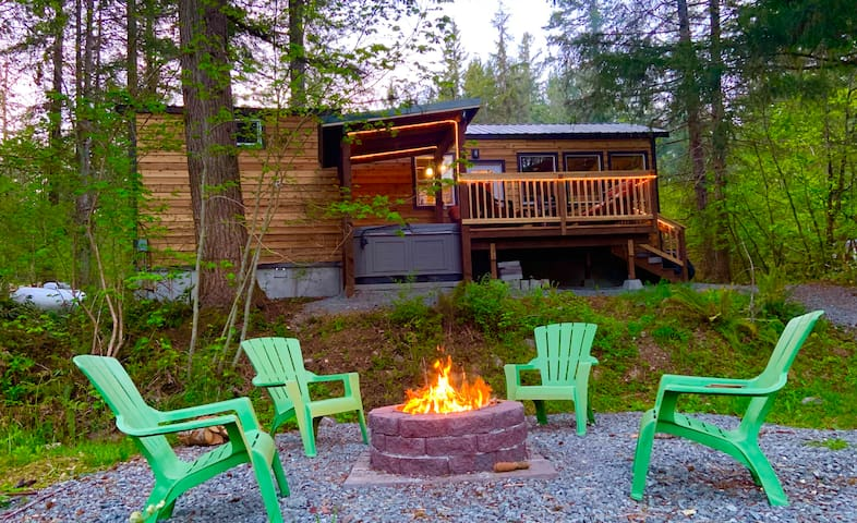 Laughingwater-waterfront/lofted/hot tub/fireplace!
