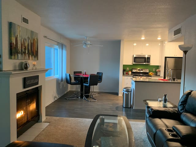 HollyWood Hills Private room in Luxury Apartment.