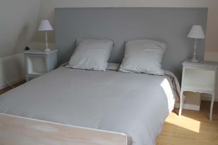 Chambre cosy lit double proche Amiens et hôpital.