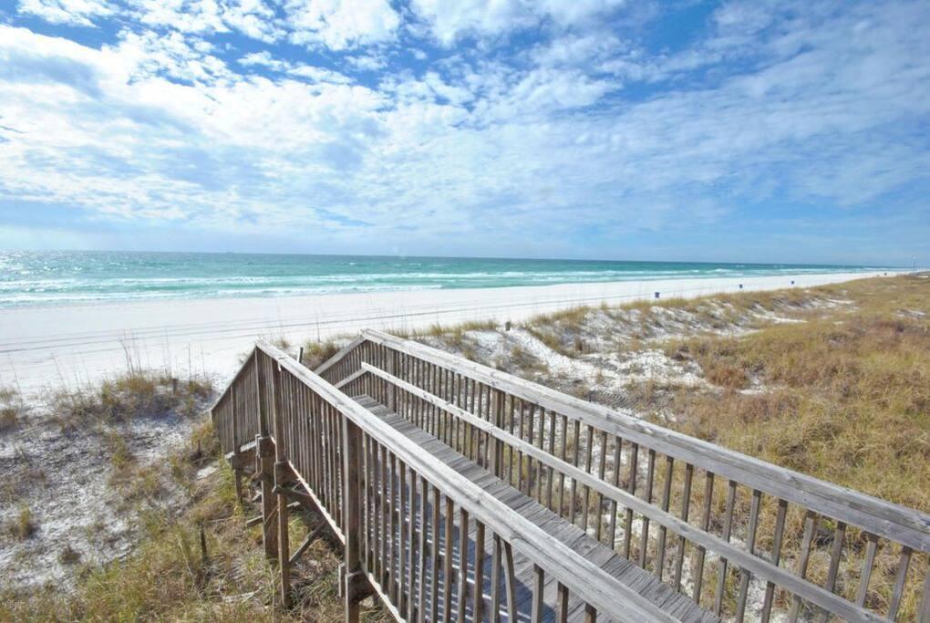 Short walkway to the beach from Aquavista