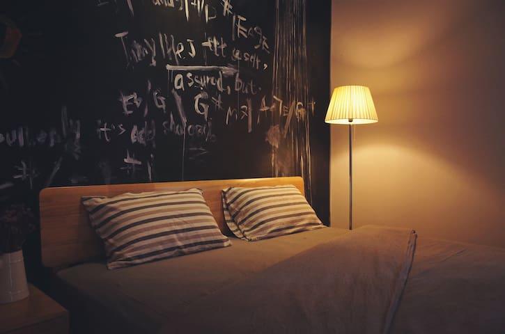 开元寺旁 闽南老房子里的艺术寓所「泉州不近民宿·木鱼与飞鸟 艺术大床房」