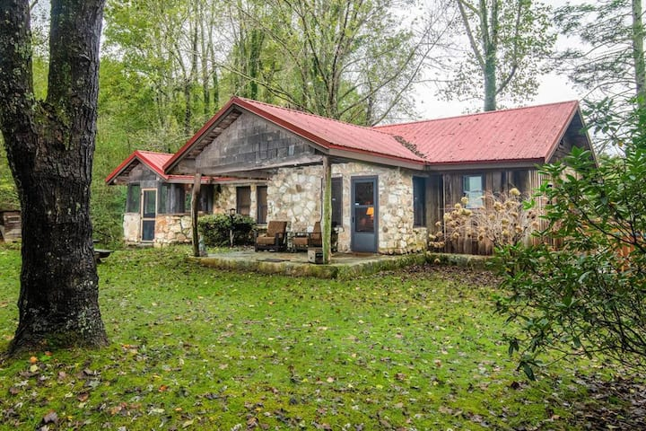 Apple Valley Cabin; secluded, Hendersonville, private historic cabin with stream and more!
