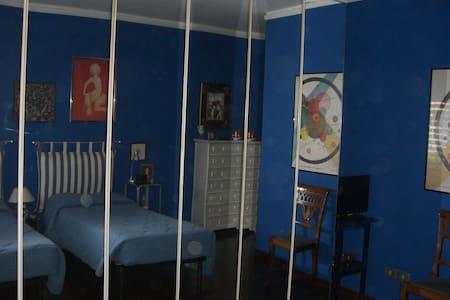 camera spaziosa e luminosacon bagno interno. - 佩魯賈 - 公寓