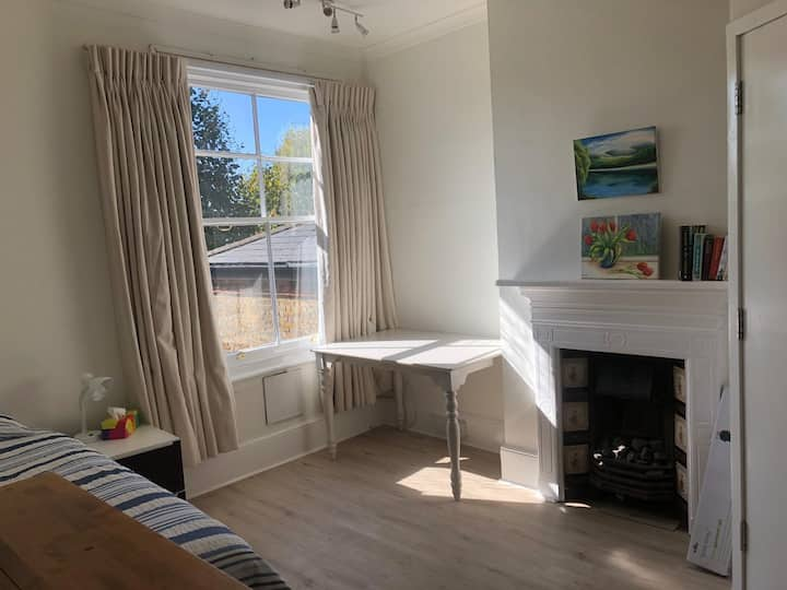 Studio in the heart of Kew Village