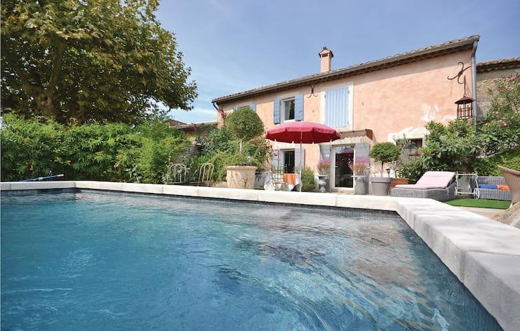 Semi-Detached with 1 bedroom on 65 m² in Cheval Blanc