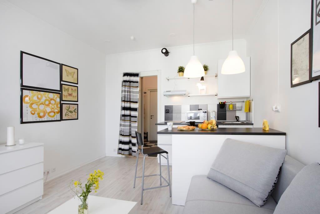 Черная-белая арт-труба под потолком- это принудительная система вентиляции. Чтобы в квартире всегда был свежий воздух и легко дышалось