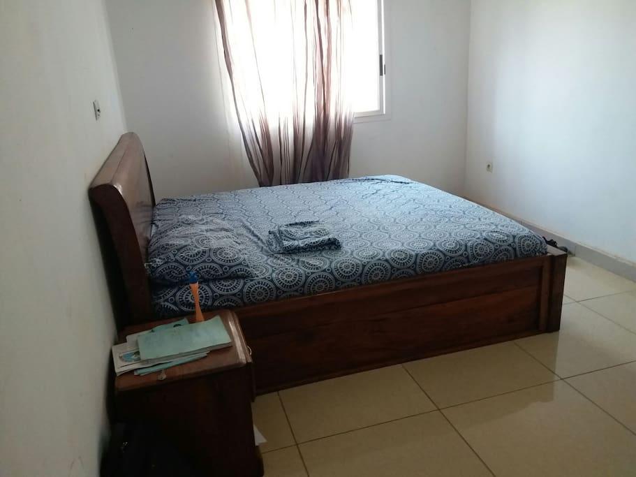 chambre simple avec armoire et déco sobre