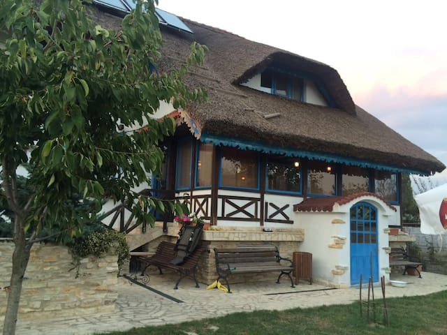 Traditional Villa 12 Sleeps With Pound & Garden - Vulturu - Huvila