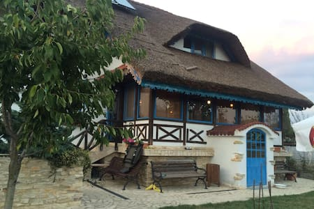 Traditional Villa 12 Sleeps With Pound & Garden - Vulturu - Villa