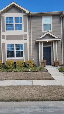 Townhome near shopping, restaurants, and bars