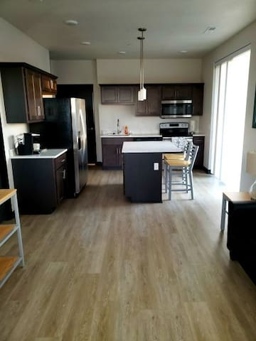 Dluxe 2 BR w/ private patio: Great Dwntwn location