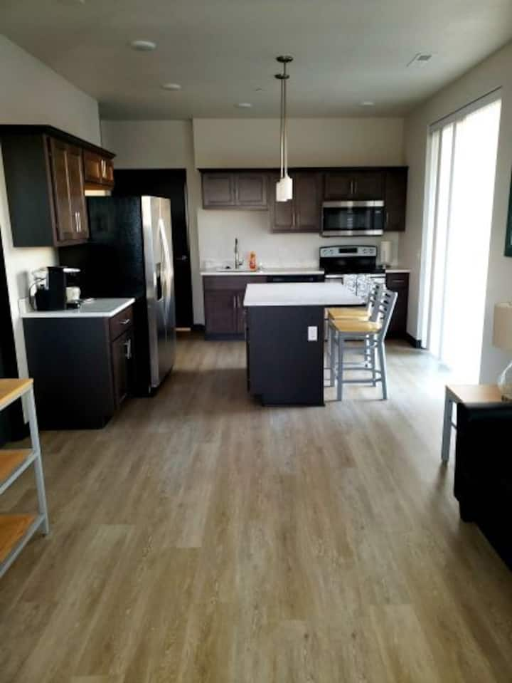 DLuxe 2 BR w/ private patio - Top Floor!
