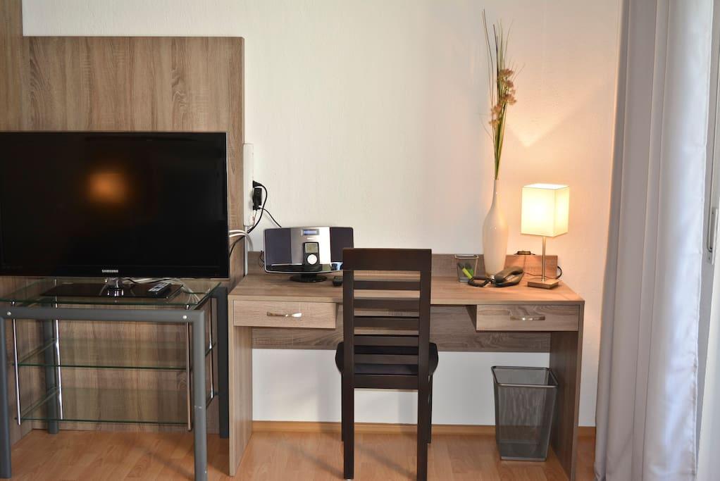 Arbeitsbereich, Radio, MP3 Player, Ipod station, Flatscreen TV