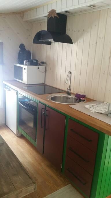 Kjøkken med stekovn, mikro og mange sitteplasser