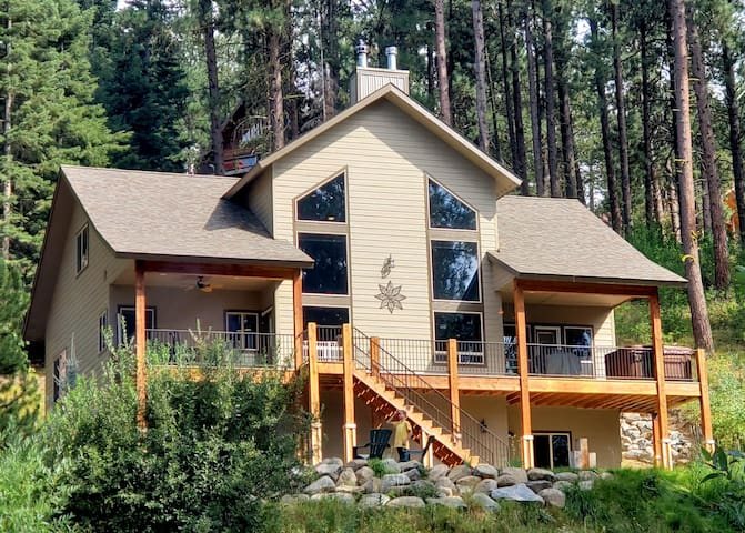 Luxurious Cascade Cabin with Hot Tub, Great Parking for Snowmobilers