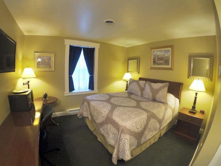 Single Queen Room 101 - Beacon Hotel
