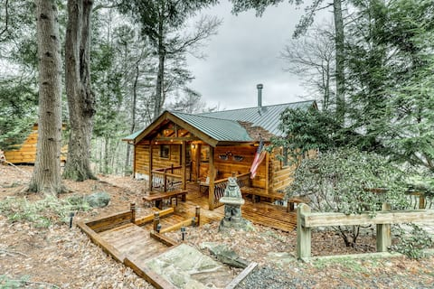 Luxurious cabin w/ mountain views, private hot tub, private gas grill, & WiFi!