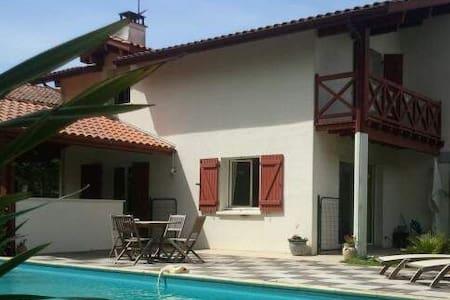 Villa au calme av piscine chauffée - Bassussarry