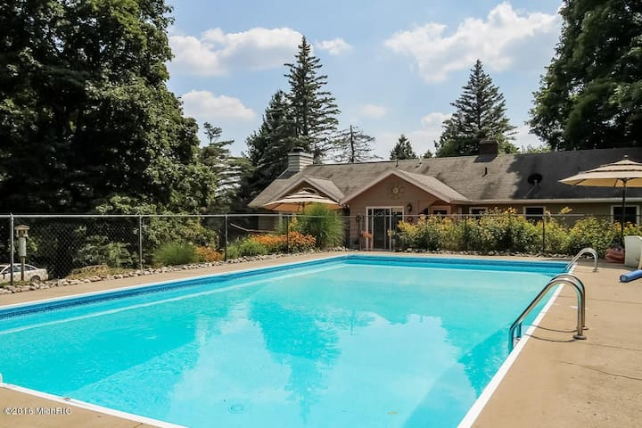 Huge Estate with acreage, pool, privacy, and more! - Lowell - House