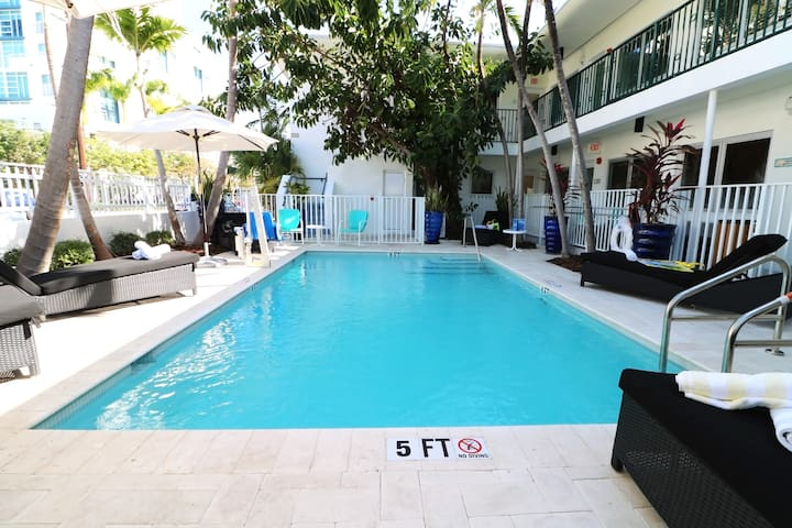 Miami Beach Studio Suite with Full Kitchen, Washer and Dryer, Steps from the Beach, Access to Pool