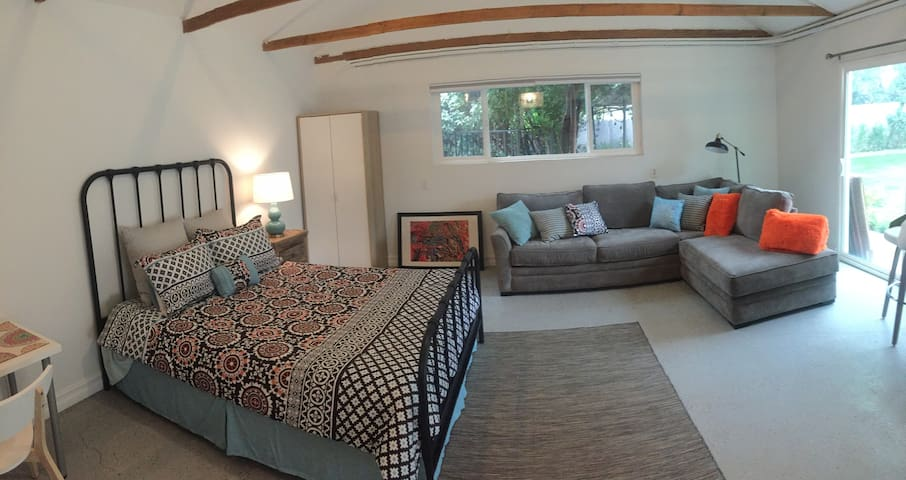 Private Guest Unit in Sherman Oaks Compound - Los Angeles - Pensió