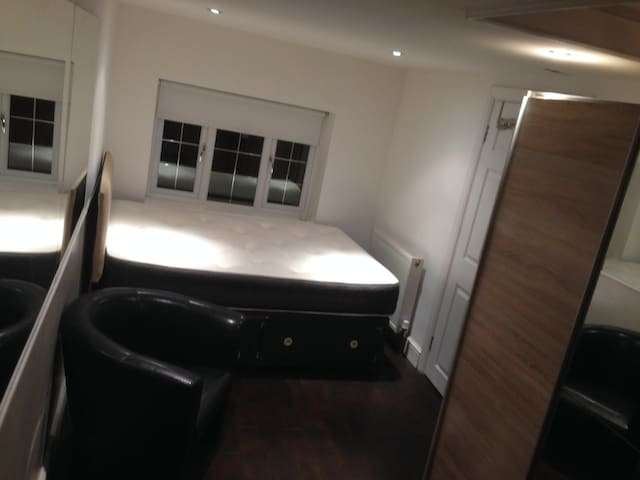 Double Room En Suite London 5 mins from station - Ilford - Misafir suiti