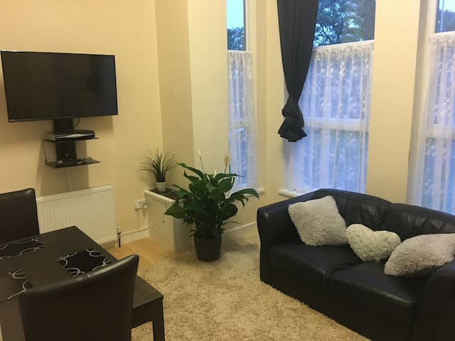 Spacious 1 Bed Apartment minutes from City Centre