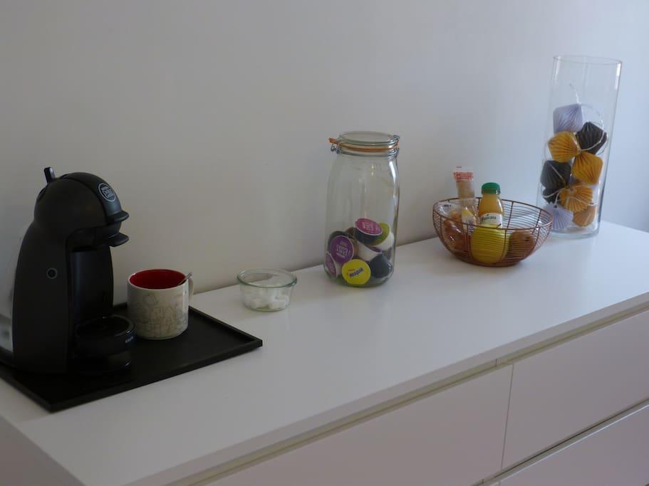 Cafetière et panier petit-déjeuner
