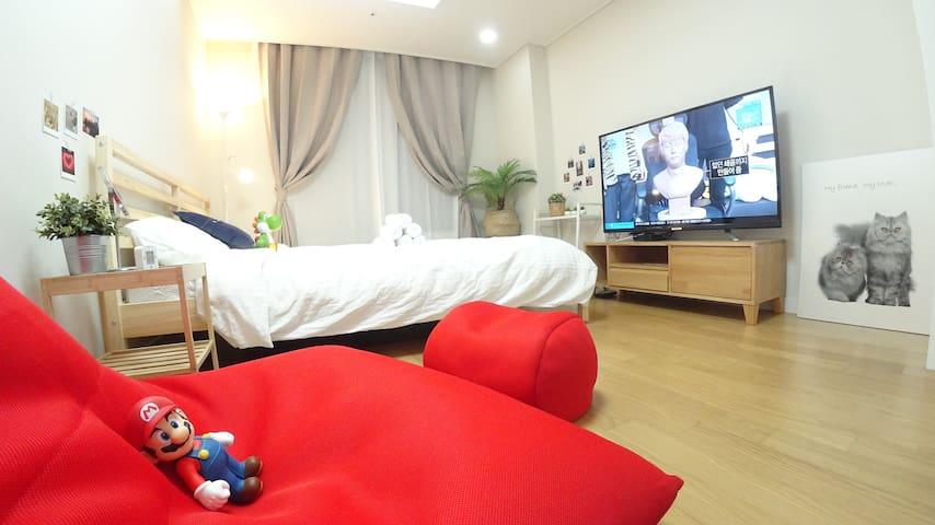 - 대형 빈백 쇼파에 누워서 55인치 UHD TV 시청이 가능합니다 :)  킹 침대와 빈백 쇼파로 편하게 쉴 수 있는 ♥COZY house♥