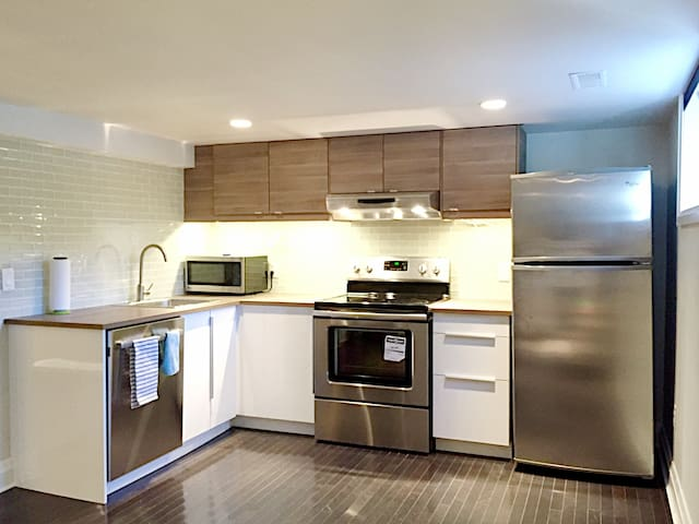 Clean private 1 bd apt with free parking & spa
