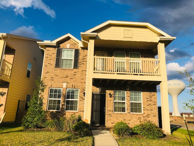 Super Roomy, Comfy Private BR near Hwy 6 & I-10