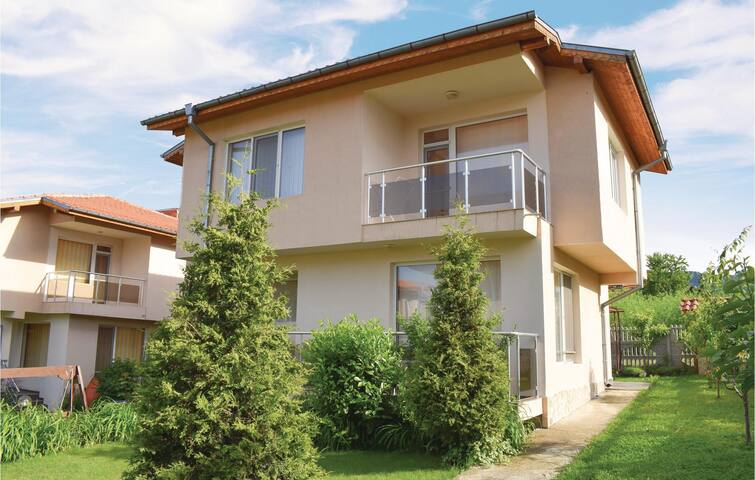 Holiday cottage with 4 bedrooms on 150 m² BGZ239