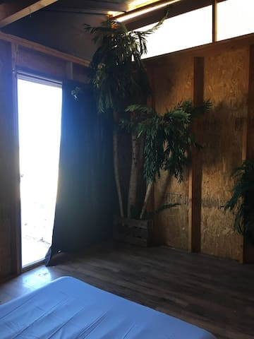 Open Air Glamping Loft, Joshua Tree Village