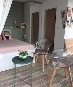 Charmant studio indépendant dans maison au calme.