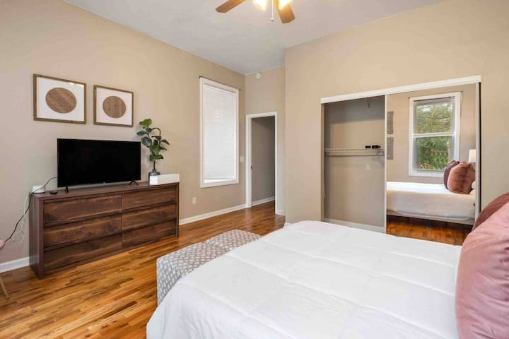 Spacious Private Bedroom w/ Queen Bed