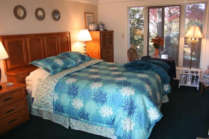 """Hilltop """"Peacock"""" Guest Suite w/ Fabulous Bath"""