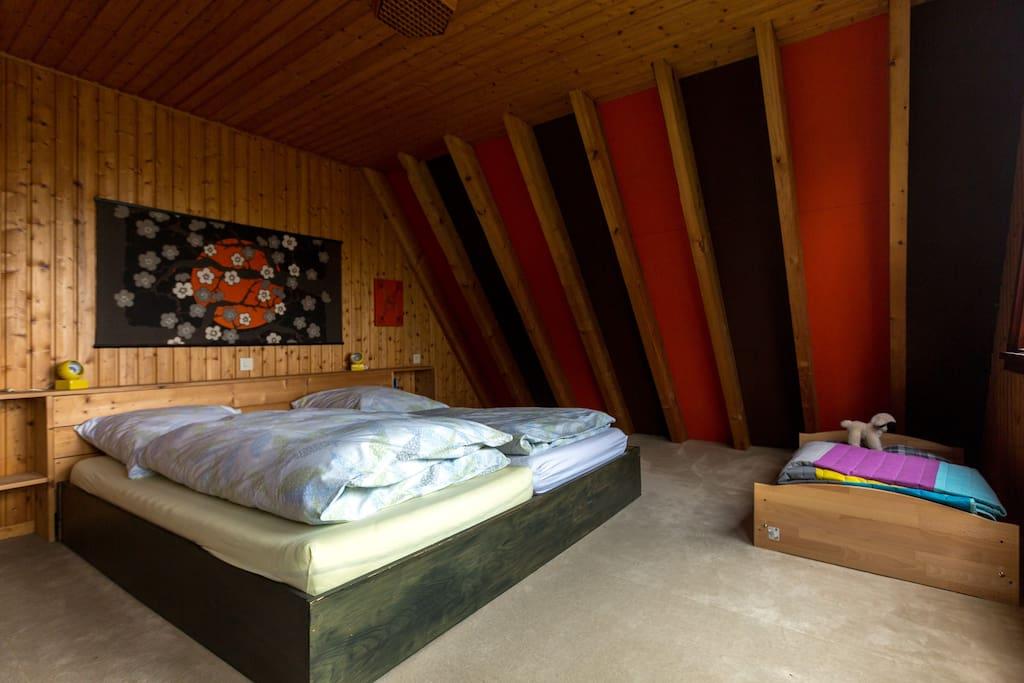 Großes Schlafzimmer mit 2x2 m Bett + Kinderbett