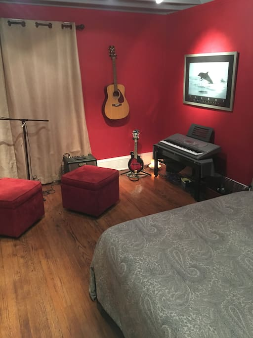 Music Room w/queen bed