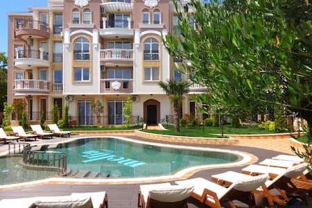 Апартаменты у моря в комплексе с бассейном