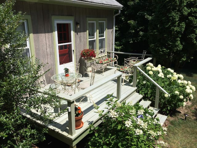 Quiet Country Cottage Close to Beach and Town
