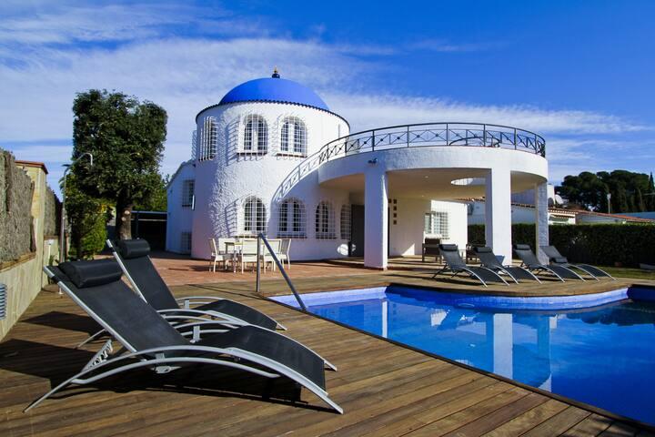 SANTORINI Villa with private pool and barbecue