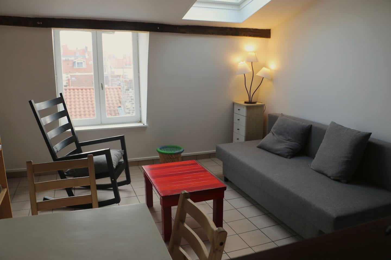 La (petite) chambre en sous-pente, avec rangements à disposition.