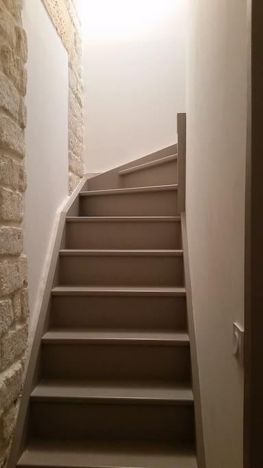 L'escalier vers la chambre et la salle d'eau