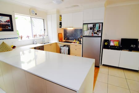 Large apartment: Walk to everything - Burleigh Heads - Apartment