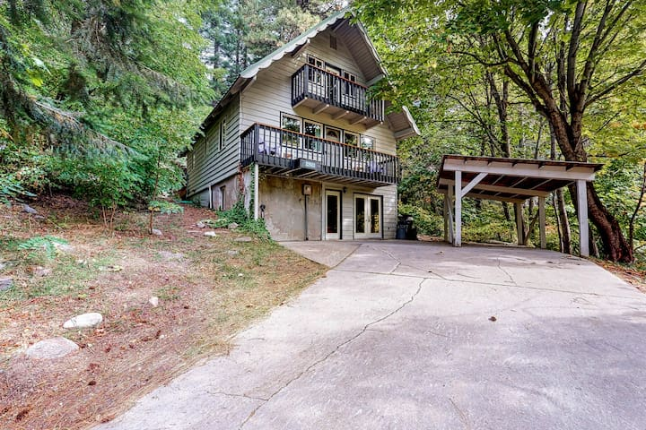 Dog-friendly retreat with mountain views, private hot tub & game room!