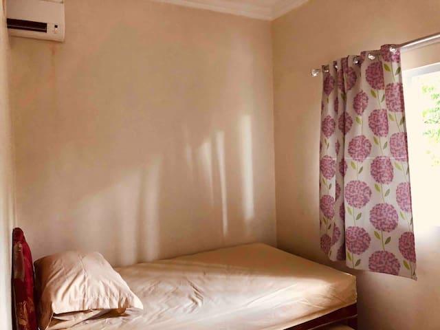 Bed susun kamar kedua, jendela menghadap kebun & pendopo