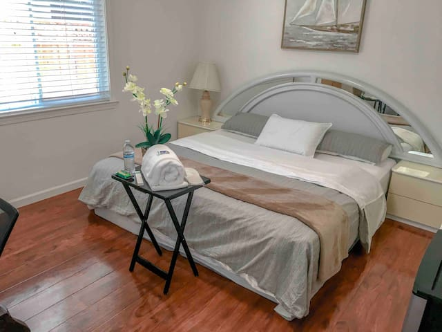 ♡Private Comfortable Bedroom/Great Location ♡