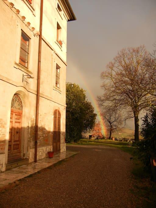 Ingresso indipendente dell'appartamento con arcobaleno  in novembre